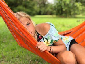 ילדה נחה על ערסל תלוי