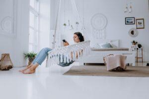 אישה יושבת על ערסל לחדר