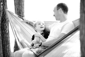 אבא וילד יושבים על ערסל